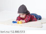 Купить «Веселый малыш в студии на белом фоне», фото № 12880513, снято 19 ноября 2018 г. (c) Efanov Aleksey / Фотобанк Лори
