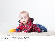 Купить «Веселый малыш в студии на светлом фоне», фото № 12880521, снято 19 ноября 2018 г. (c) Efanov Aleksey / Фотобанк Лори
