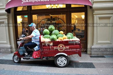 Купить «Мотороллер с арбузами у Гастронома № 1 в ГУМе в Москве», эксклюзивное фото № 12882297, снято 20 июля 2013 г. (c) lana1501 / Фотобанк Лори