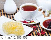Купить «Чаепитие с мёдом, шиповником и вареньем из шишек», фото № 12883953, снято 6 октября 2015 г. (c) Алёшина Оксана / Фотобанк Лори