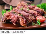 Купить «Жареные свиные ребрышки на тарелке», фото № 12886037, снято 23 апреля 2015 г. (c) Татьяна Волгутова / Фотобанк Лори