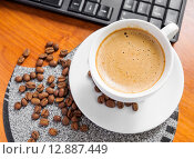 Купить «Чашка кофе капучино на рабочем столе», фото № 12887449, снято 9 октября 2015 г. (c) Алёшина Оксана / Фотобанк Лори
