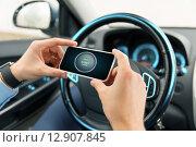 Купить «hands with start engine icon on smartphone in car», фото № 12907845, снято 17 июля 2015 г. (c) Syda Productions / Фотобанк Лори