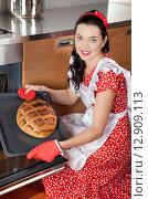 Молодая хозяйка выпекает хлеб на кухне. Стоковое фото, фотограф Алексей Кузнецов / Фотобанк Лори
