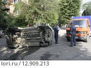 Дорожно-транспортное происшествие. Перевернутая на бок машина (2009 год). Редакционное фото, фотограф Дмитрий Пискунов / Фотобанк Лори