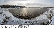 Купить «Живописный зимний пейзаж на берегу не замерзшей реки», фото № 12909909, снято 15 октября 2015 г. (c) Алексей Маринченко / Фотобанк Лори