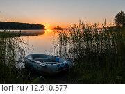 Купить «Рыбацкая лодка лежит на берегу озера Селигер на рассвете», эксклюзивное фото № 12910377, снято 29 июня 2015 г. (c) Игорь Низов / Фотобанк Лори