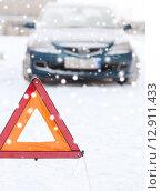 Купить «closeup of warning triangle and car», фото № 12911433, снято 16 января 2014 г. (c) Syda Productions / Фотобанк Лори