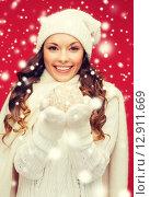 Купить «woman in hat and mittens with christmas ball», фото № 12911669, снято 22 сентября 2013 г. (c) Syda Productions / Фотобанк Лори