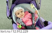 Маленькая девочка  1,5 года пристегнута и улыбается. Редакционное фото, фотограф Юлия Лифарева / Фотобанк Лори