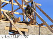 Купить «Строители делают стропила на частный дом», эксклюзивное фото № 12914757, снято 27 сентября 2015 г. (c) Анатолий Матвейчук / Фотобанк Лори