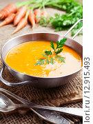 Купить «Морковный суп и свежая морковь на столе», фото № 12915493, снято 18 октября 2015 г. (c) Надежда Мишкова / Фотобанк Лори