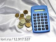 Калькулятор и мелкие монеты. Стоковое фото, фотограф Асия Абубакрова / Фотобанк Лори