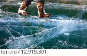 Купить «Байкал солнечным зимним днем. Человек в теплых унтах весело топает по красивому гладкому льду», видеоролик № 12919301, снято 22 марта 2015 г. (c) Виктория Катьянова / Фотобанк Лори