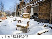 Купить «Полуразрушенный деревянный дом с одиноко стоящим креслом», фото № 12920049, снято 15 октября 2015 г. (c) Алексей Маринченко / Фотобанк Лори