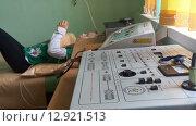 Аппарат для процедуры электрофореза в детской поликлинике. Ребенок на кушетке (2015 год). Редакционное видео, видеограф Кекяляйнен Андрей / Фотобанк Лори