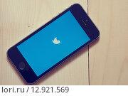 Купить «IPhone с иконкой Твиттера на деревянном фоне», фото № 12921569, снято 20 октября 2015 г. (c) Вдовиченко Денис / Фотобанк Лори