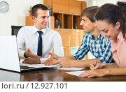Купить «Agent with laptop and young couple», фото № 12927101, снято 22 сентября 2018 г. (c) Яков Филимонов / Фотобанк Лори