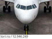 Купить «Вид на самолет на взлетной полосе в международном аэропорту во время подготовки к взлету», фото № 12946249, снято 24 октября 2015 г. (c) Николай Винокуров / Фотобанк Лори