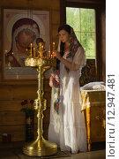 Купить «Русская женщина  молится в церкви», фото № 12947481, снято 22 июля 2015 г. (c) Дмитрий Черевко / Фотобанк Лори