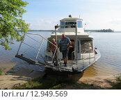 Купить «Трамвайчик пристает к берегу на озере Селигер», фото № 12949569, снято 4 апреля 2013 г. (c) Елена Мусатова / Фотобанк Лори