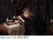 Купить «Маленькая ведьма готовит зелье», фото № 12950957, снято 1 ноября 2014 г. (c) Останина Екатерина / Фотобанк Лори