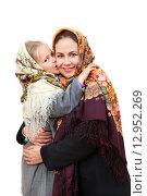 Купить «Мама с дочерью в традиционных русских платках», фото № 12952269, снято 25 октября 2015 г. (c) Юлия Кузнецова / Фотобанк Лори