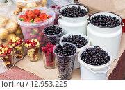 Продажа спелых ягод на местном сельскохозяйственном рынке. Стоковое фото, фотограф FotograFF / Фотобанк Лори