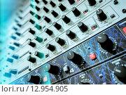 Процессоры эффектов в рэковой стойки с аудио оборудованием. Стоковое фото, фотограф Игорь Яковлев / Фотобанк Лори