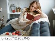 Девушка читает книгу дома. Стоковое фото, фотограф Кирилл Греков / Фотобанк Лори