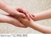 Руки матери и дочки. Стоковое фото, фотограф Юрий Волобуев / Фотобанк Лори