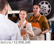 Купить «Mechanic handing over keys from a car», фото № 12958245, снято 26 июня 2019 г. (c) Яков Филимонов / Фотобанк Лори