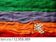 Разноцветные нитки из шерсти для валяния и россыпь пуговиц. Стоковое фото, фотограф Виктор Колдунов / Фотобанк Лори