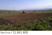 Трактор на фоне поля. Сельский пейзаж, Болгария. Стоковое фото, фотограф Anna Berglef / Фотобанк Лори