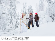 Трое молодых людей в заснеженном лесу идут на снегоступах. Стоковое фото, фотограф Petri Jauhiainen / Фотобанк Лори