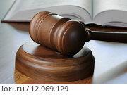 Купить «Судейский молоток и уголовный кодекс лежат на столе», фото № 12969129, снято 16 октября 2015 г. (c) Денис Ларкин / Фотобанк Лори