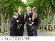 Купить «Familie bei Beerdigung trauert auf Friedhof», фото № 12975169, снято 21 июля 2018 г. (c) PantherMedia / Фотобанк Лори