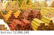 Купить «Турецкие сладости на прилавке Гранд Базара в Стамбуле, Турция», фото № 12986245, снято 12 мая 2015 г. (c) Наталья Волкова / Фотобанк Лори