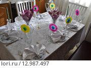 Праздничный стол с хрустальной посудой. Стоковое фото, фотограф Игорь Разумов / Фотобанк Лори