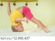 Маленький мальчик делает упражнения. Стоковое фото, фотограф Ольга Хорошунова / Фотобанк Лори