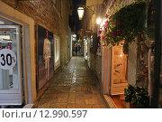 Купить «Узкая улочка в Старом городе Будва вечером, Черногория», эксклюзивное фото № 12990597, снято 17 июля 2015 г. (c) Алексей Гусев / Фотобанк Лори
