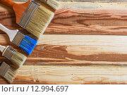 Различные малярные кисти на деревянном столе. Стоковое фото, фотограф Виктор Колдунов / Фотобанк Лори