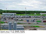 Купить «Переполненная автостоянка в аэропорту Пулково. Санкт-Петербург, Россия», фото № 12995505, снято 23 мая 2015 г. (c) Зезелина Марина / Фотобанк Лори