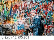 Купить «Музыкант у стены Цоя в Москве», фото № 12995801, снято 24 мая 2015 г. (c) g.bruev / Фотобанк Лори