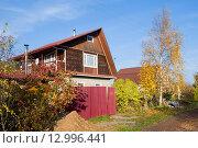 Купить «Дачный дом с асимметричной крышей», эксклюзивное фото № 12996441, снято 17 октября 2015 г. (c) Александр Щепин / Фотобанк Лори
