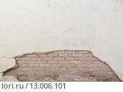 Старая стена с виднеющимися кирпичами. Стоковое фото, фотограф Павел Мрастев / Фотобанк Лори
