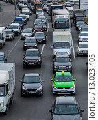 Купить «Плотный поток машин», фото № 13023405, снято 18 июня 2015 г. (c) Ивашков Александр / Фотобанк Лори
