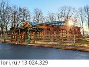 Домик Петра I  на Петровской набережной в Санкт-Петербурге (2015 год). Редакционное фото, фотограф Andrea Rudi / Фотобанк Лори