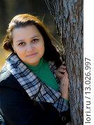Портрет темноволосой женщины в осеннем парке. Стоковое фото, фотограф Ivan Dubenko / Фотобанк Лори