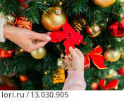 Купить «close up of family decorating christmas tree», фото № 13030905, снято 8 октября 2015 г. (c) Syda Productions / Фотобанк Лори
